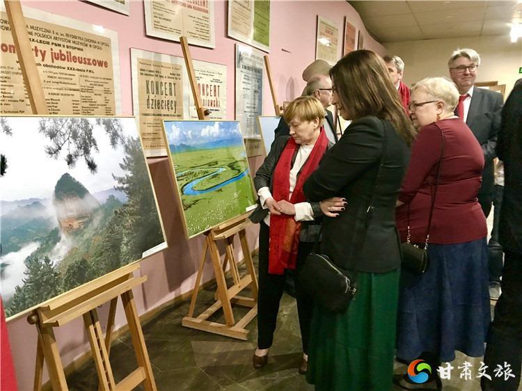 觀眾駐足觀看甘肅文化和旅游圖片展.jpg