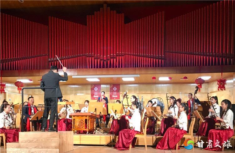 藝術家演奏當地經典曲目《波蘭圓舞曲》.jpg