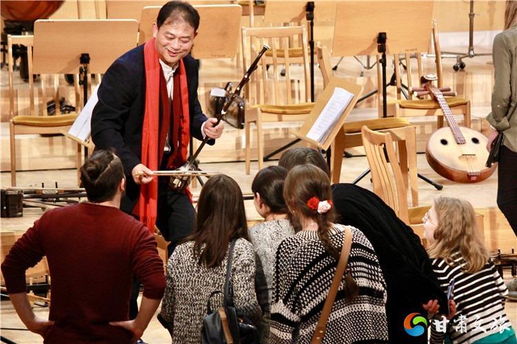 二胡藝術家的演奏引起觀眾極大興趣.jpg