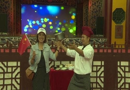 """""""春绿陇原·百姓戏台""""启大幕,锅碗瓢盆齐上阵厨师表演真功夫"""