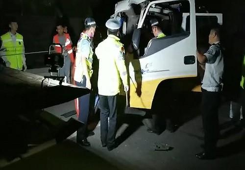 两车追尾人员被困    交警援手化险为夷